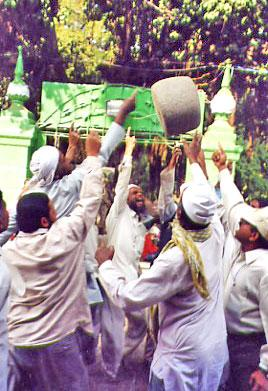 Levitating 90 kg Stone of Qamar Ali Darvesh Dargah