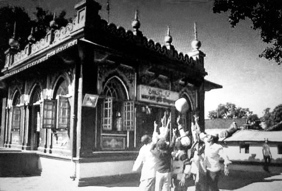 Levitating 90 kg Stone of Shivapur Dargah