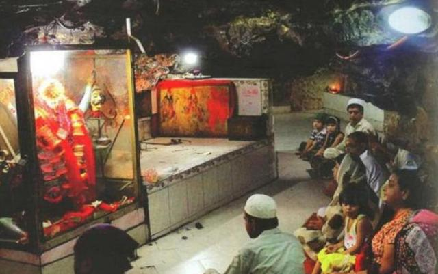 pakistan muslims praying hindu temple